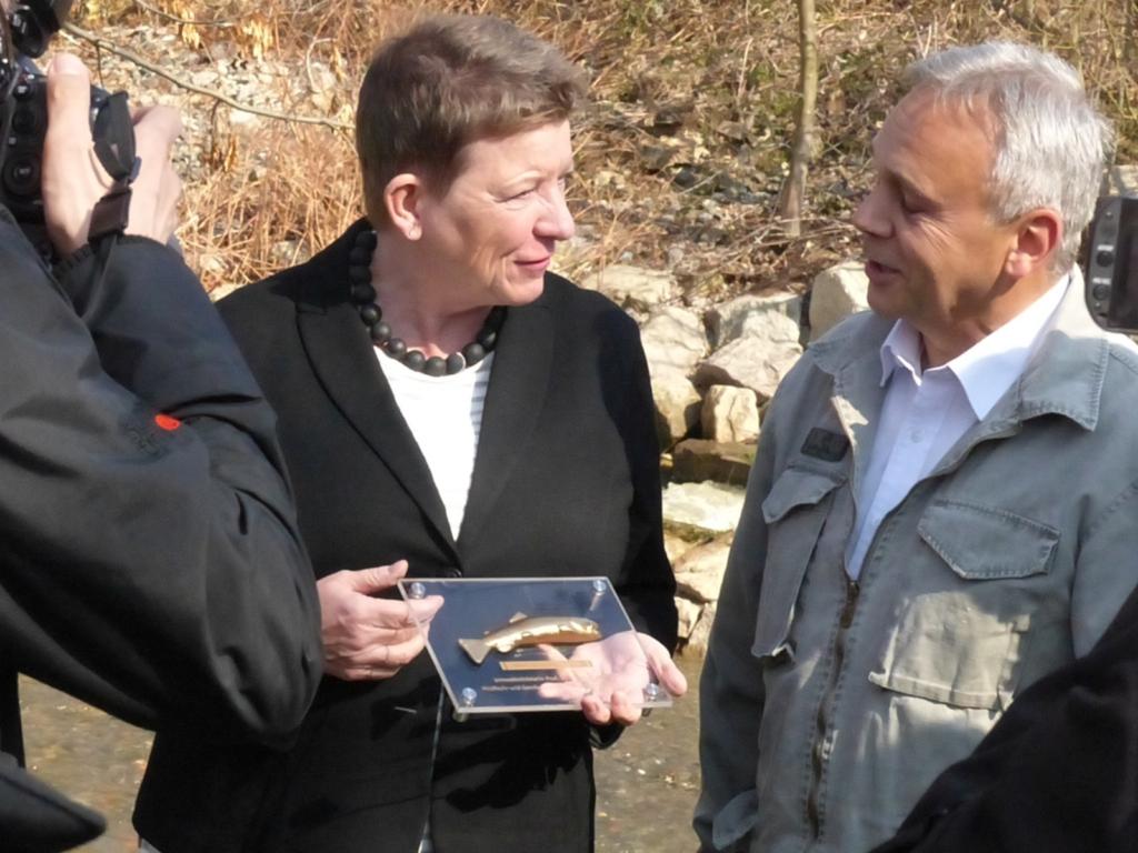 """Übergabe der """"Goldenen Forelle"""" an Umweltministerin Prof. Dr. Claudia Dalbert."""